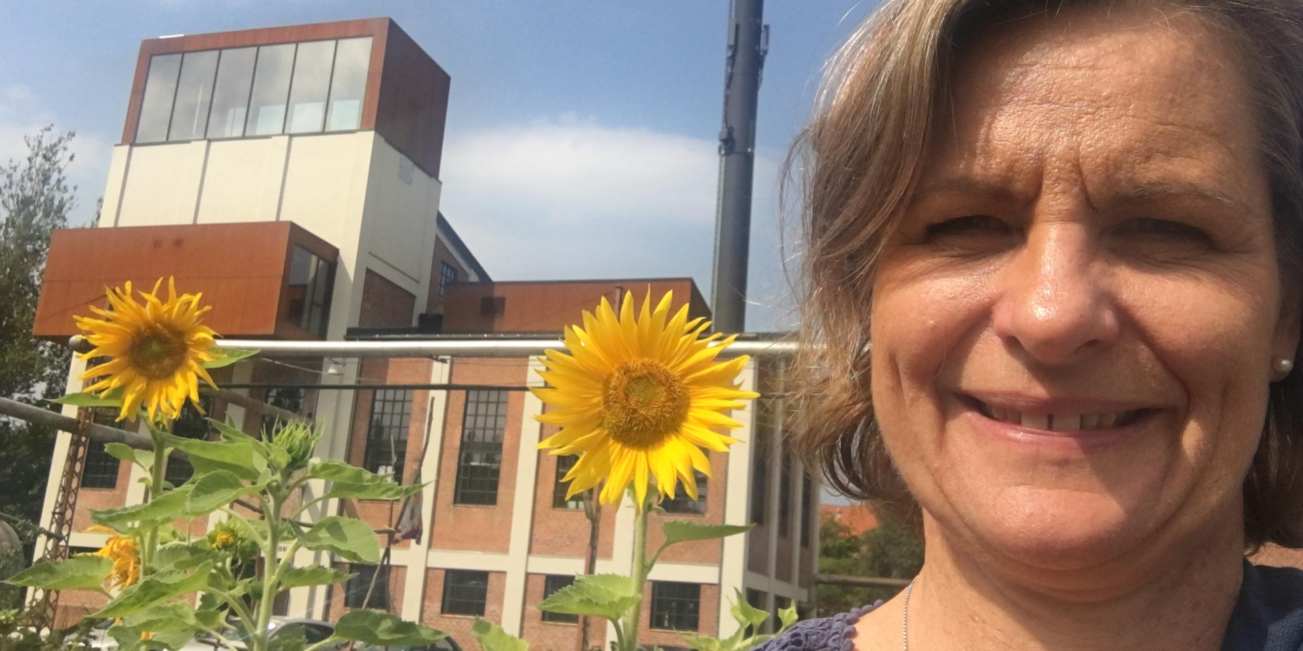 Anne Sophie Hensgen foran Kedelbygningen i Vejle
